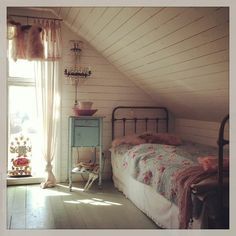 Enchanting Attic bathroom pictures,Attic bedroom floor plans and Attic remodel master bedroom. Attic Bedroom Designs, Attic Bedroom Small, Attic Bedrooms, Attic Spaces, Shabby Chic Bedrooms, Bedroom Vintage, Home Bedroom, Guest Bedrooms, Attic Playroom