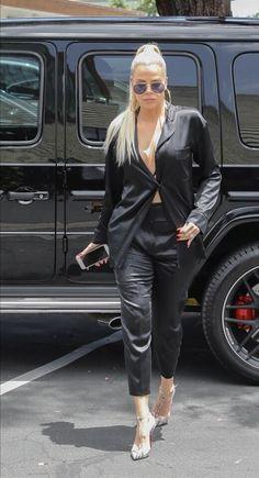 Khloe Kardashian Outfits, Koko Kardashian, Kardashian Jenner, Black Outfits, Cute Outfits, Kylie Jenner Workout, Black Wide Leg Trousers, Jenner Family, Jenners
