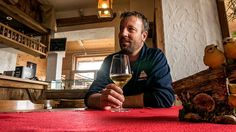 Het is half een. Normaal neem ik thuis twee bruine boterhammen. Liefst met karnemelk. Maar nu dus (nog) geen eten maar een zoete witte wijn. Nou dat lukt ook aardig met de baas van het skigebied in Trentino (Alpe Cimbra) hier. #willemlaros #photography #travelphotography #traveller #canon #canonnederland #fotocursus #fotoreis #travelblog #reizen #reisjournalist #panasonic #compositie #travelwriter #vubreda #fotoworkshop #reisfotografie #landschapsfotografie #cameranu #fbp #flickr #trentino…