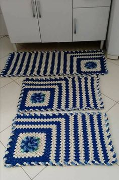 Crochet Kitchen Rug: Sets of Rugs and Walkthroughs Crochet Mat, Crochet Rug Patterns, Crochet Carpet, Crochet Granny, Filet Crochet, Knitting Patterns, Crochet Kitchen, Kitchen Rug, Striped Rug