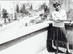 Φωτογραφημένη στην ΕΡΤ, Ρηγίλλης 4, κάποια στιγμή την περίοδο '60-'70. Η φωτογραφία δημοσιεύεται πρώτη φορά.