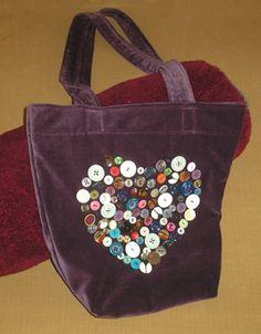 Lovely bag in a gorgeous material! - Gomos táska (leírással) - Bag with button (tutorial) http://www.varrohaz.hu/varrohaz_rajzok/textil-taska-gombbol/taska-textil-gomb-kesz-elejere.jpg