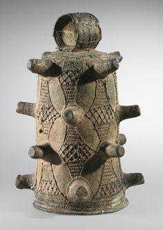 Cloche en bronze, Région du Bas-Niger, Nigeria | lot | Sotheby's