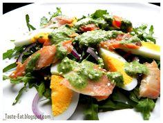 Taste Eat: Sałatka z łososiem w zielonym pesto