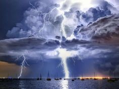 Dezember 2013: Ein Blitz erhellt eine mächtige Gewitterwolke über der Corio Bay