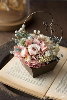アンティークピンクアジサイ×ホワイトローズ ナチュラル プチリングピロー Ring Holder Wedding, Ring Pillow Wedding, Flannel Flower, Wedding Gift Wrapping, Flower Packaging, Romantic Flowers, How To Preserve Flowers, Arte Floral, Flower Boxes