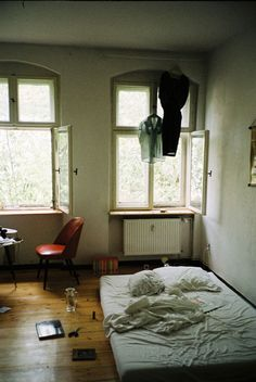 messy room with a mattress on the floor Le Palace, Mattress On Floor, Matress On Floor Ideas, Interior And Exterior, Interior Design, Dream Apartment, Berlin Apartment, Aesthetic Bedroom, Bedroom Inspo