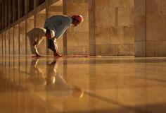 """""""Cualquiera que sea humilde por amor a Allâh (Dios), será elevado en su condición. Cualquiera que sea arrogante ante Allâh, será reducido  a lo más bajo de lo bajo"""" Profeta Muhammad (SAW) [Whoever humbles himself before Allah, Allah will elevate him.]"""