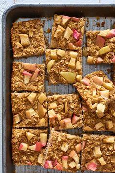 quadrados de papas de aveia com maçã e canela no forno, um pequeno-almoço saudável e viciante