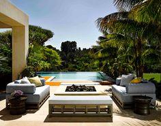 Completamente remodelada por el famoso diseñador de interiores Martyn Lawrence Bullard, esta vivienda familiar honra un estilo de vida outdoor.