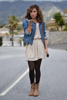 vestido Beige, medias negras, botas y chamarra de mezclilla
