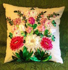 Cuscino con gerbere e tulipani ricamato con nastri di seta e organza... Fatto da me