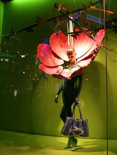 mannequin head with flowers retail display Fashion Window Display, Window Display Retail, Window Display Design, Merchandising Displays, Store Displays, Retail Displays, Giant Flowers, Paper Flowers, Art Nouveau