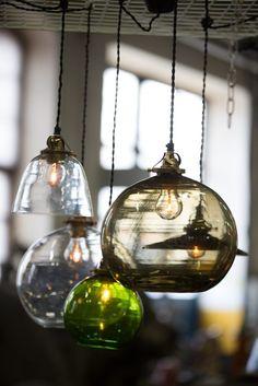 Pendel Hope är tillverkad i munblåst glas. Finns i färgerna blue och smokey, samt klarglas. Liten: höjd 16 cm, ø 17 cm.Stor: höjd 25 cm, ø 28 cm.Tak