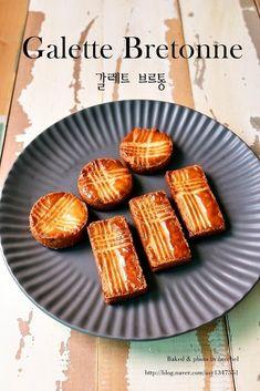 오늘은 프랑스 과자로 너무 유명한 갈레트 브로통을 소개하려 합니다. 갈레트 브레통, 부르통 머 발음나는 ... French Cake, Caramel Candy, Rice Cakes, Baked Potato, Tart, Cake Decorating, Bakery, Food And Drink, Sweets