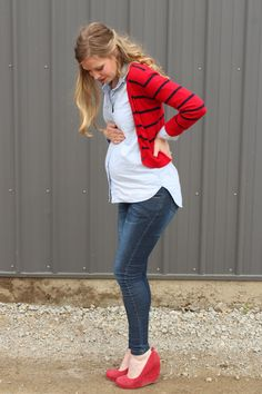 not that I'm pregnant but so cute! chambray and red Spring maternity style via Laughing Latte. very cute outfit! Summer Maternity Fashion, Spring Maternity, Cute Maternity Outfits, Stylish Maternity, Pregnancy Outfits, Maternity Wear, Cute Outfits, Pregnancy Fashion, Maternity Dresses