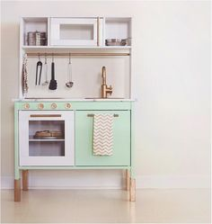 Love this Ikea play kitchen hack! How elegant does this minty green and copper kitchen look? We love the colour combo and also the addition of the cooking knobs. They've even made a tea towel to match the kitchen. http://petitandsmall.com/6-top-ikea-play-kitchen-hacks/