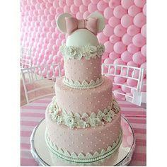 Olha que inspiração linda e delicada esse bolo para festas com tema Minnie rosa…