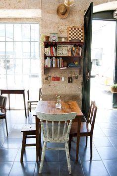 No meio de alguns resquícios de maresia, o lisboeta Café Tati, diz-se informal, espontâneo, luminoso, descontraído e cheio de música. Já nós concluímos que os frequentadores deste estabelecimento que já teve outras encarnações agradecem a sua existência.