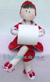 Boneca Porta Papel Higiênico com roupão em plush vermelho em composê com tecido floral. https://www.facebook.com/ateliepinguinhosdeamor/photos/?tab=album&album_id=935106639929554