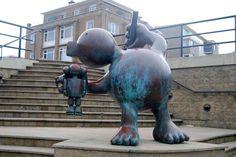 Pinocchio and Gepetto - één van de Sprookjesbeelden van Tom Otterness. Te zien bij Museum Beelden aan Zee in Den Haag.