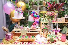 Inspiração de um editorial tema Carnaval bem colorido e criativo feito pela Mia & Maria com acervo da Pop Mobile. Inspiração paa festa de aniversário unissex bem divertida!