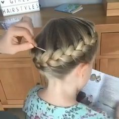Hairstyles For Medium Length Hair Tutorial, Hair Tutorials For Medium Hair, Short Hair For Kids, Curls For Long Hair, Hair Curling Tutorial, Curly Hair Tutorial, Easy Hairstyle Video, Hair Upstyles, Front Hair Styles