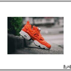 REEBOK instapump fury tech. Sneaker unie et colorée, une valeur sûre avec une tenue noire / A solid and colored sneaker, a strong value with a black outfit. 1d1fa.