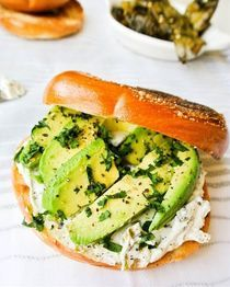 Hatch Chile Cream Cheese + Avocado Bagel Sandwich Recipe Lunch with cream… Healthy Baking, Healthy Foods To Eat, Healthy Dinner Recipes, Mexican Food Recipes, Vegan Recipes, Lunch Recipes, Healthy Eats, Healthy Life, Breakfast Recipes