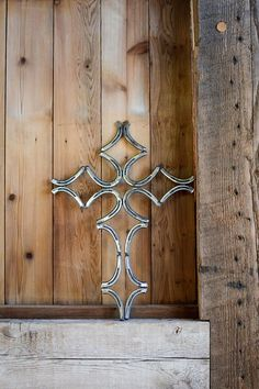 Elegant Rustic Welded Metal Horse Shoe Cross Wall Decoration - This elegant welded metal horse shoe cross is exactly what you need to spruce up any wall or mantel - Horseshoe Projects, Horseshoe Crafts, Horseshoe Art, Welding Crafts, Welding Art, Welding Projects, Blacksmith Projects, Metal Art Projects, Metal Crafts