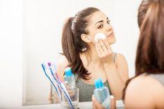 Como fazer água micelar. Não existem dúvidas de que a água micelar revolucionou o mundo da limpeza facial, mas.. gostaria de preparar a sua própria água micelar em casa? Com uns ingredientes simples e naturais, é possível con...