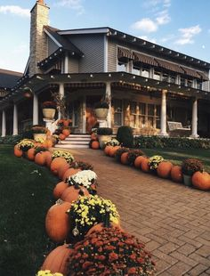 fall yard decor pumpkin decor October is the perfect time for fabulous Halloween outdoor decor. Check out these 9 beautiful fall yard decor ideas for this fall! Fall Yard Decor, Fall Home Decor, Autumn Home, Seasonal Decor, Autumn Fall, Winter, Autumn Ideas, Halloween Chic, Casa Halloween
