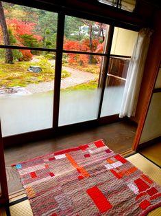 お庭の紅葉を眺めながら。。。あいにくのお天気ですが大勢の方が。。。↑写真は、福島県、南相馬の皆さんのちくちく。。。すっかり色づいた、景色と建物と。。。窓枠...