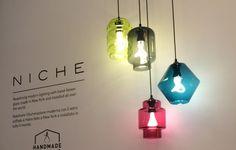 Pendentes coloridos de vidro soprado com lâmpadas de LED esculturais. O resultado não poderia ser melhor. Os pendentes apresentados na Euroluce surgiram graças à parceria bem-sucedida entre as marcas Niche Modern e a Plumen