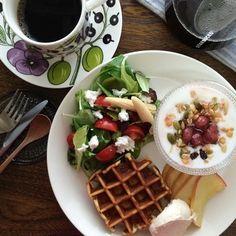 カステヘルミとティーマをワンプレートで使ったシンプルなコーディネート。ワッフルやサラダ、ヨーグルトの盛りつけ方が素敵ですね。