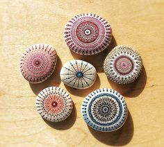 galets décoratifs à motifs inspirés du mandala en rose, bleu, marron et rouge