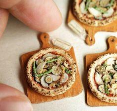 Pizza miniature fimo poulet / aubergine / garniture / pastel sec / fimo liquide / bois
