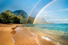 Vacationers looking for surf, sand, and sun will find some of the best beaches in Kauai. As the oldest island in Hawaii, it is truly blessed with white sand and incredibly beautiful beaches. All of the beaches on this island are great. Hawaiian Rainbow, Rainbow Beach, Rainbow Photo, Imagen Natural, Beach Pink, Beach Bum, Destination Voyage, Hawaiian Islands, Over The Rainbow