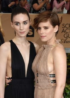Kate Mara and younger sister Rooney Mara stunned in cleavage-baring Valentino gowns at the 2016 Screen Actors Guild Awards. Rooney Mara, Rooney And Kate Mara, Kate Mara Hot, Kate Mara Movies, Mara Sisters, Valentino Gowns, The Danish Girl, Sag Awards, Female Actresses