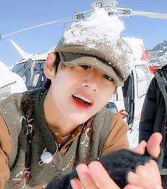 gif, bts y jungkook GIF en We Heart It Taehyung Gif, Taehyung Smile, Foto Bts, Bts Photo, V Bts Cute, Cute Gif, Vlive Bts, Bts Bangtan Boy, Vmin