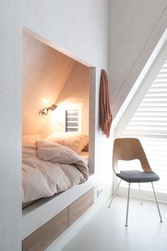Cozy little bed nook like in my dad's childhood home in Holland. Interieur Plus - Waddeneiland Small Space Living, Small Spaces, Small Small, Home Bedroom, Bedroom Decor, Box Room Bedroom Ideas, Bedroom Storage For Small Rooms, Master Bedroom, Bedroom Lighting