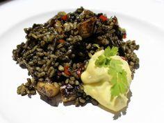 Arroz negro con sepia y Alioli, una receta deliciosa para disfrutar este verano.