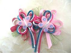 Moños y lazos para el cabello con cintas y mariposas