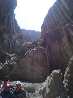 Saklıkent, kanyonun içi nehir yatağı ve çakıllarla kaplı olmakla birlikte yer yer suyun derinliği 2 metreye geliyor. kesinlikle hazırlıklı gidilmeli mayo ve o girişteki naylon ayakkabılardan alınmalı