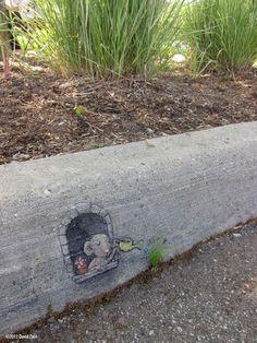 Ich habe es früher auch geliebt, auf dem Schulhof auf Steinen zu malen. Der KünstlerDavid Finn macht das immer noch gerne. Um hauptsächlich Kindern einen kleinen Überraschungsmoment zu kreieren, zeichnet er mit bunter Kreide kleine süße Illustrationen in