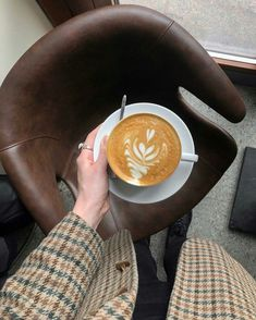 I Love Coffee, Coffee Break, My Coffee, Morning Coffee, Planet Coffee, Coffee Shop Aesthetic, Cafe Pictures, Coffee Date, Coffee Photography