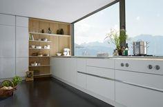 Greeploze SieMatic keuken wit. Hoek opvulling met hout.