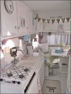 Home & Garden : Camping-car shabby chic Vintage Campers, Camping Vintage, Retro Campers, Vintage Caravans, Vintage Travel Trailers, Vintage Rv, Caravan Vintage, Vintage Motorhome, Vintage Caravan Interiors
