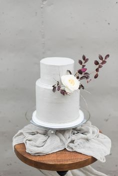 modern wedding cakes - photo by Holly Von Lanken Photography http://ruffledblog.com/romantic-modern-minimalist-wedding-inspiration