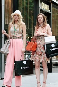"""""""Whoever said that money doesn't buy happiness didn't know where to shop."""" - Leighton Meester as Blair Waldorf & Blake Lively as Serena van der Woodsen in Gossip Girl - photo by Rex Features Gossip Girls, Moda Gossip Girl, Estilo Gossip Girl, Gossip Girl Outfits, Gossip Girl Fashion, Gossip Girl Serena, Gossip Girl Style, Gossip Girl Blair, Nate From Gossip Girl"""
